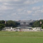 World War 2 Memorial. dahinter Lincoln Memorial.
