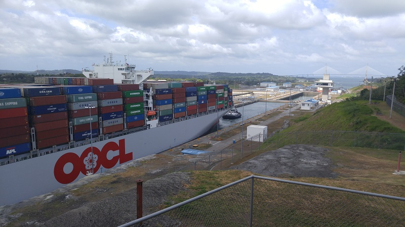 "Die ""OOCL Malaysia"" fährt ein. 366m lang, 48,2m breit. 13200 Container an Bord."